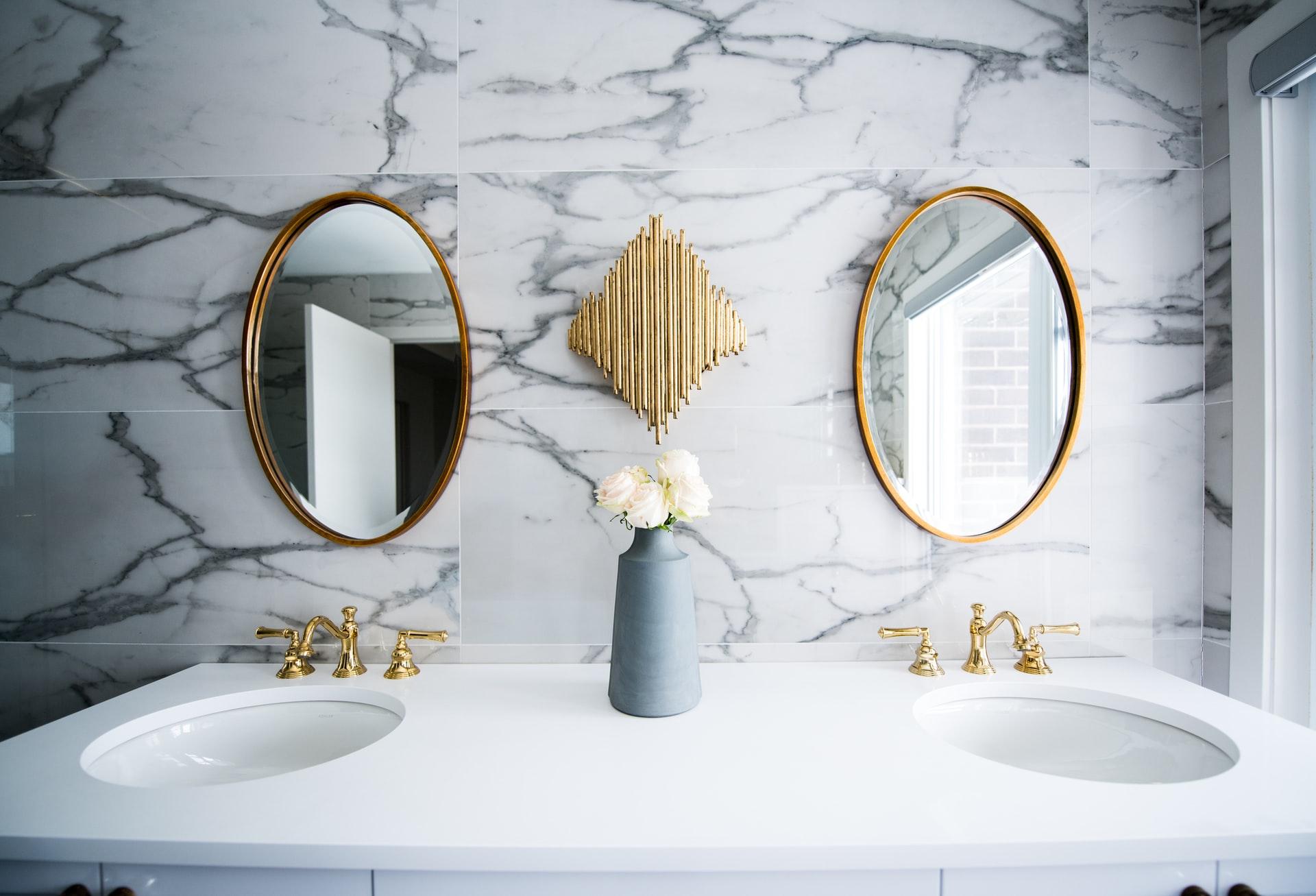 Łazienka ze ścianami wyłożonymi marmurem