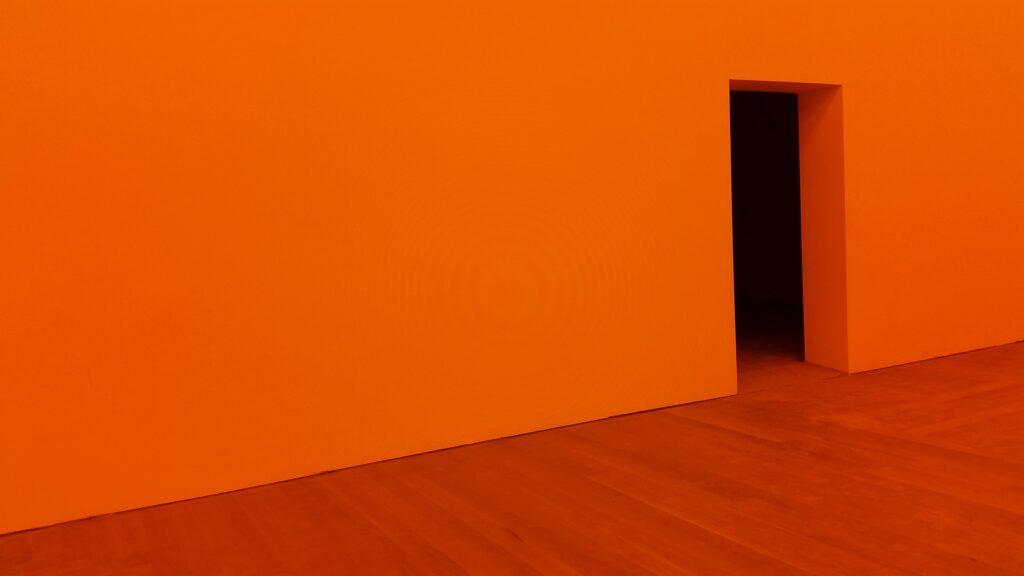 pomarańczowa ściana z piaskowca